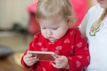 baby-with-iPhone